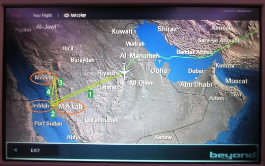 Garis hijau di atas menunjukkan rute perjalanan haji kami secara garis besar. Nomornya menunjukkan urutan, jadi kami ke Mekkah dulu baru ke Madinah. (foto diambil dari layar pesawat)