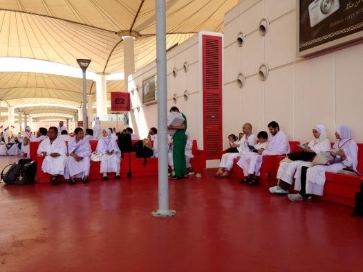 Dan aku menunggu, terus menunggu... begini deh suasana menunggu bus yang akan membawa kami ke maktab di Mekkah. Foto ini diambil di jam ke-4 setelah mendarat. Udah pada salah tingkah sebenarnya nih.. kelaparan dan kegerahan. Hehe.