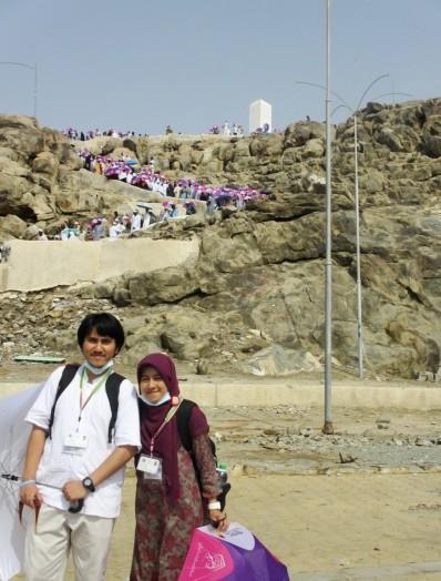 Foto bareng suami dengan latar belakang Jabal Rahmah