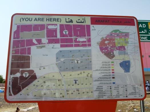 """Denah kapling tenda wukuf di Arafah sudah siap saat kami """"survei"""" ke sekitar Jabal Rahmah. Maktab kami termasuk dalam kawasan perkemahan Asia Tenggara."""