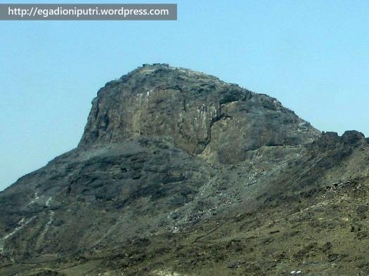 Jabal Nur dipotret dari kejauhan. Di puncak gunung inilah Gua Hira' berada.