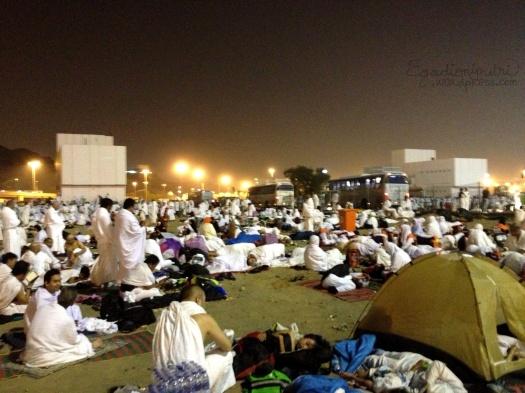 Suasana mabit di Muzdalifa. Ada yang bawa tenda juga, tapi lebih enak kalo beratapkan bintang lah :P