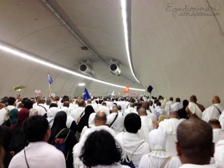 9.5b - jemaah haji di terowongan Mina