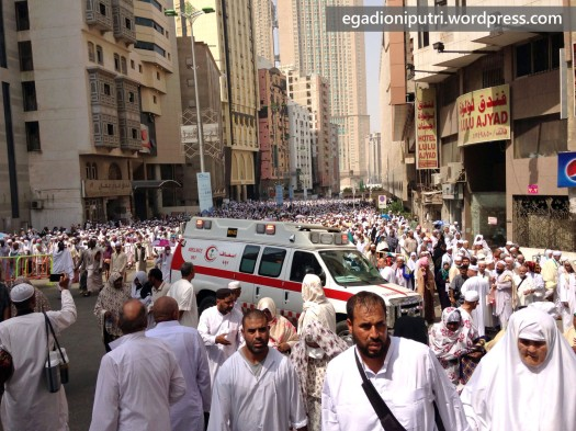 Ambulance tried to pass across the crowd after Friday prayer in 2013 hajj pilgrimage period