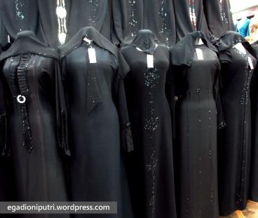 Abaya umumnya berwarna hitam, tapi bahannya nyaman dipakai di udara panas