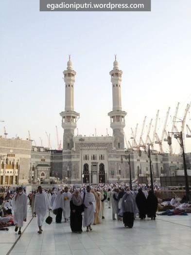 King Abdul Aziz gate Masjid Al-Haram dipotret dari depan Abraj Al-Bayt mall