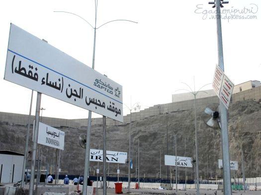 Papan-papan penujuk jalan di depan tunnel (terowongan) ke Aziziyah