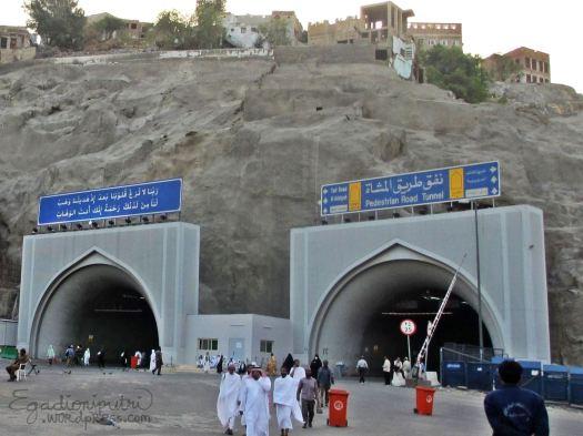 """Pedestrian Road Tunnel"", terowongan yang saya maksud di atas, tertulis penunjuk jalan ke arah Al-Aziziyah"