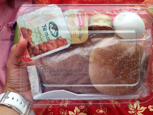 Sarapan pertama di Mina, sekedar untuk mengganjal perut pun saya hanya sanggup makan satu roti