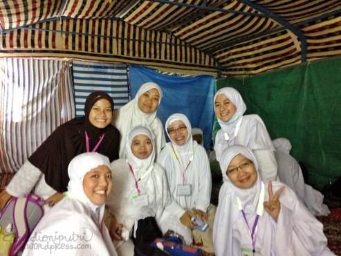 Foto bareng buat kenangan di tenda Arafah