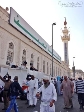 Bagian depan masjid yang penampakannya agak terganggu dengan tumpukan sampah :(
