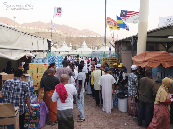 10.9 - hajj kitchen in Mina tents(1)