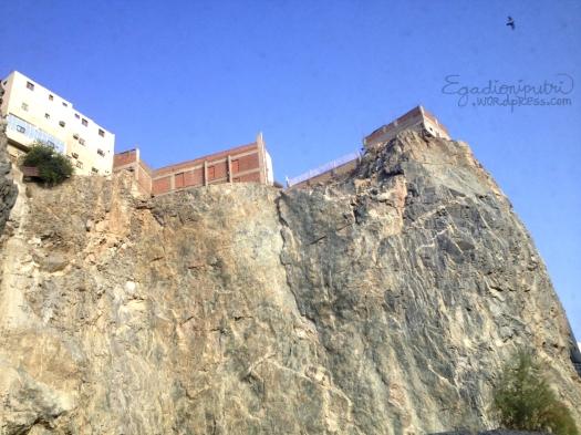 """Rumah pun terlihat seolah """"ditanam"""" di tebing batu"""